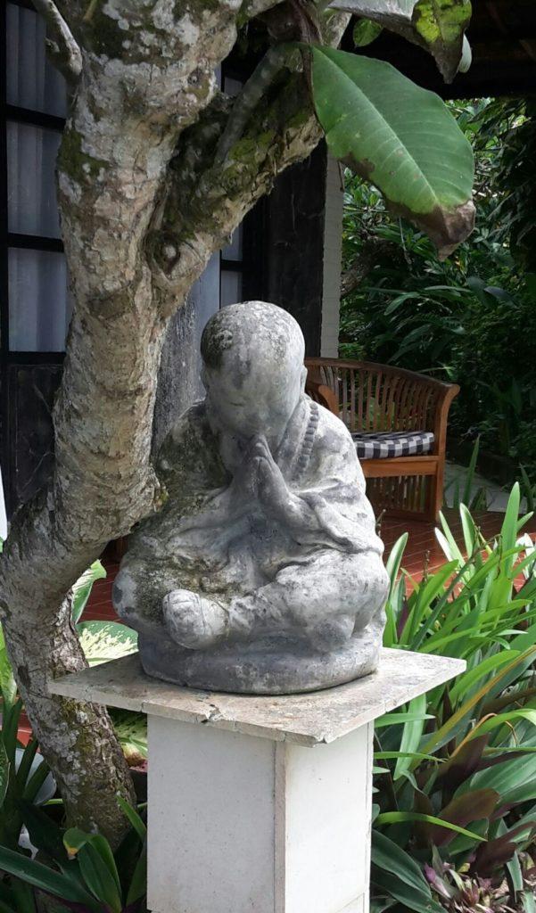 Buddha an Baum gelehnt