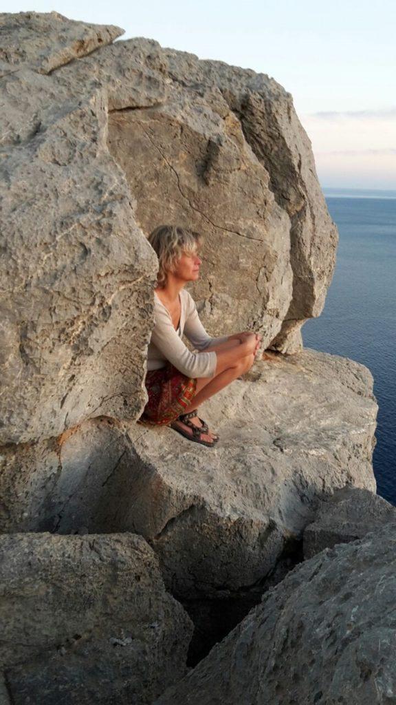 Meditation auf Bergklippe